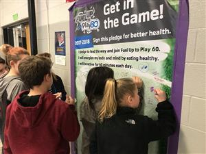 students signing Fuel Up to Play 60 pledge
